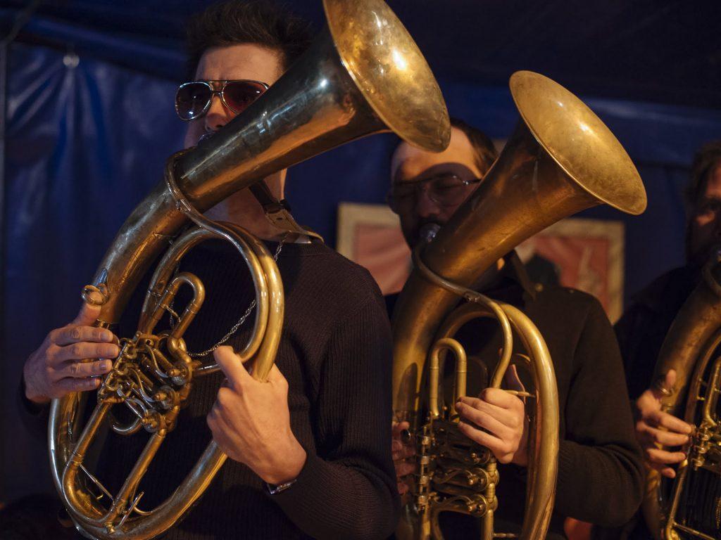 Fanfare d'instruments à vent sous le chapiteau de l'Espace Cirque