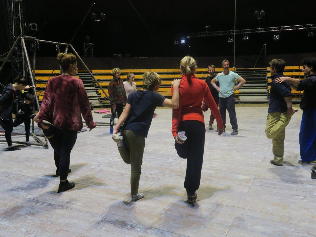Échauffement avant un atelier à l'Espace Cirque d'Antony avec le CirkVOST