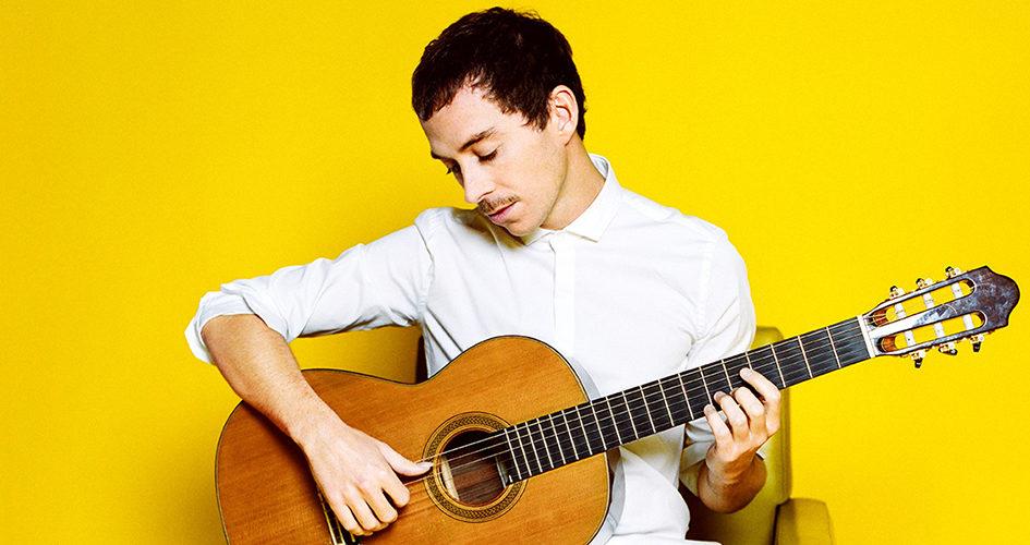 Portrait du guitariste Thibault Cauvin avec sa guitare
