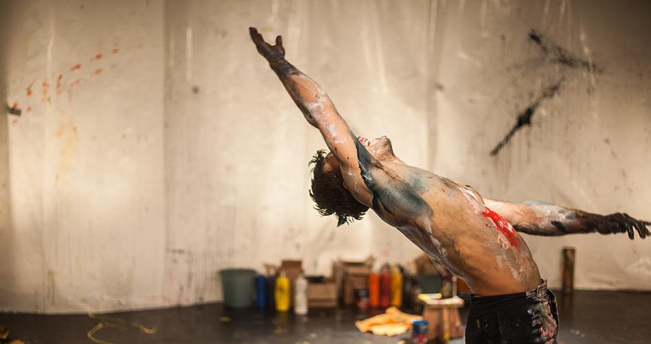 Photo du spectacle PLOCK! avec un acrobate jetant de la peinture